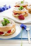 Домодельные кольца печенья choux с сливк и клубниками творога украсили листья мяты Стоковая Фотография