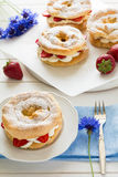Домодельные кольца печенья choux с сливк и клубниками творога украсили листья мяты Стоковая Фотография RF