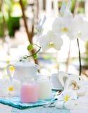 Домодельные клубника и ваниль югурта в предпосылке завтрака опарников стекла романтичной с деревянным сердцем стоковая фотография rf