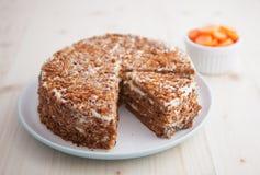 Домодельные морковь и грецкий орех испекут на деревянной таблице Стоковые Фотографии RF