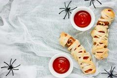 Домодельные мумии сосиски с кетчуп, reci еды хеллоуина смешным Стоковая Фотография RF