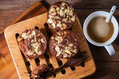 Домодельные очень вкусные свежие миндалины шоколада испекут и горячий кофе Стоковые Изображения