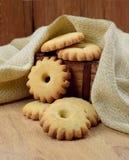 Домодельные печенья в деревянной коробке Стоковые Изображения