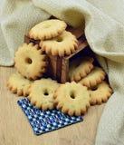 Домодельные печенья в деревянной коробке Стоковые Изображения RF