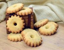 Домодельные печенья в деревянной коробке Стоковые Фотографии RF