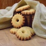 Домодельные печенья в деревянной коробке Стоковая Фотография RF