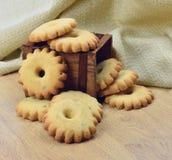 Домодельные печенья в деревянной коробке Стоковое Изображение RF
