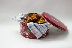 Домодельные печенья в красочной коробке металла Стоковое Фото