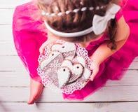 Домодельные печенья в руках Стоковая Фотография