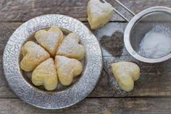 Домодельные печенья в форме сердец поле глубины отмелое Стоковые Изображения