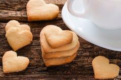 Домодельные печенья в форме сердца и белой чашки Стоковая Фотография