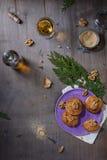 Домодельные печенья грецкого ореха на темном старом деревянном столе, белом вине Свеже испеченные печенья кокоса на деревенской п Стоковое Изображение