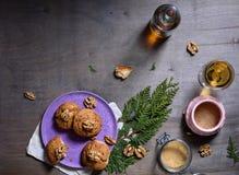 Домодельные печенья грецкого ореха на темном старом деревянном столе, белом вине Свеже испеченные печенья кокоса на деревенской п Стоковые Изображения
