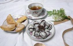 Домодельные печенья завтрака шоколада и цветки весны печенье домодельное Стоковое Изображение RF