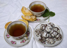 Домодельные печенья завтрака шоколада и цветки весны печенье домодельное Стоковые Изображения RF