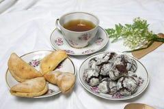 Домодельные печенья завтрака шоколада и цветки весны печенье домодельное Стоковые Изображения