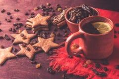 Домодельные печенья имбиря, чашка чаю с лимоном, датами, циннамоном с изюминками Стоковое фото RF