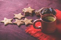 Домодельные печенья имбиря, чашка чаю с лимоном, датами, циннамоном Стоковые Фотографии RF