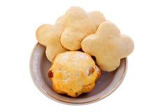 Домодельные печенья и булочка на белой плите Стоковые Изображения RF