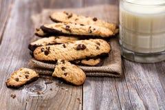 Домодельные печенья и молоко обломока шоколада на деревенских деревянных досках Стоковые Фото