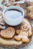 Домодельные печенья и чашка кофе пряника рождества на деревянной доске, вертикальной Стоковое Фото