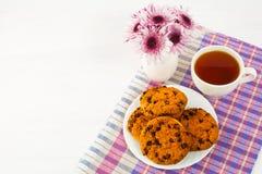 Домодельные печенья и чашка чаю на checkered салфетке Стоковые Фото