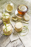 Домодельные печенья и чашка чаю сахара лимона на linen скатерти Стоковые Фото