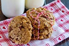 Домодельные печенья обломока шоколада с грецкими орехами Стоковое фото RF