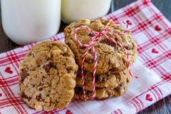 Домодельные печенья обломока шоколада с грецкими орехами Стоковые Изображения