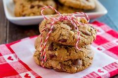 Домодельные печенья обломока шоколада с грецкими орехами Стоковые Фото