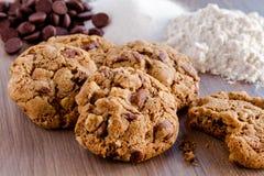 Домодельные печенья обломока шоколада с грецкими орехами Стоковые Изображения RF