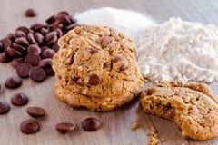 Домодельные печенья обломока шоколада с грецкими орехами Стоковая Фотография RF