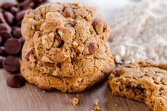 Домодельные печенья обломока шоколада с грецкими орехами Стоковые Фотографии RF