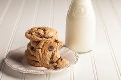 Домодельные печенья обломока шоколада штабелированные близко вверх Стоковые Фото
