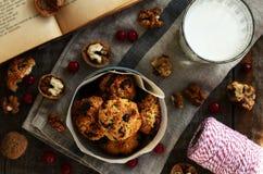 Домодельные печенья овсяной каши и стекло молока для уютного завтрака Стоковые Фото