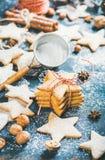 Домодельные печенья пряника с циннамоном, анисовкой и гайками, предпосылкой переклейки Стоковые Изображения RF