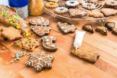 Домодельные печенья рождества готовые для украшения Стоковые Фото