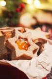 Домодельные печенья рождества с вареньем в шаре, предпосылке рождества и украшении Стоковое фото RF