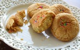 Домодельные печенья сахара на белой декоративной плите Стоковые Фотографии RF