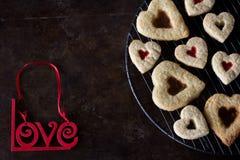 Домодельные печенья сердца сверху, темная предпосылка Стоковая Фотография RF