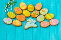 Домодельные печенья с замороженностью в форме яичка для пасхи Очень вкусные печенья пасхи на голубой предпосылке Cooki Стоковые Изображения RF