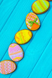 Домодельные печенья с замороженностью в форме яичка для пасхи Очень вкусные печенья пасхи на голубой предпосылке Cooki Стоковая Фотография RF