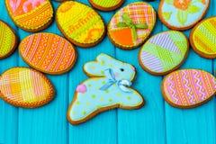 Домодельные печенья с замороженностью в форме яичка для пасхи Очень вкусные печенья пасхи на голубой предпосылке Cooki Стоковое Изображение