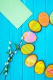 Домодельные печенья с замороженностью в форме яичка для пасхи Очень вкусные печенья пасхи на голубой предпосылке Cooki Стоковые Фотографии RF