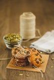 Домодельные печенья с семенами и шоколадом сезама Стоковые Фотографии RF