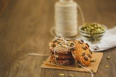 Домодельные печенья с семенами и шоколадом сезама Стоковое Изображение RF