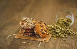 Домодельные печенья с семенами и шоколадом сезама Стоковое фото RF