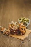 Домодельные печенья с семенами и шоколадом сезама Стоковая Фотография RF