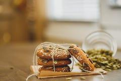 Домодельные печенья с семенами и шоколадом сезама Стоковые Изображения RF