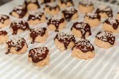 Домодельные печенья с семенами сезама, шоколадом Стоковые Изображения